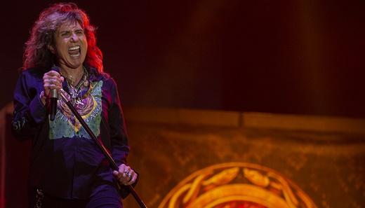 David Coverdale solta a voz com o pedestal do microfone em punho no início do show do Whitesnake
