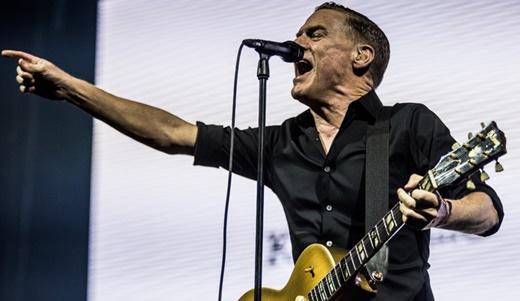 Bryan Adams aponta e agita o público já na primeira música do bom show neste sábado, no Rio