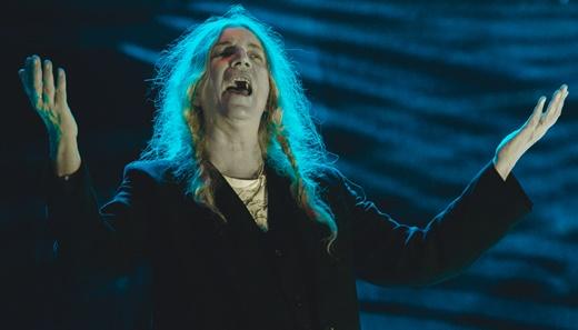 A vitalidade de Patti Smith comandando o público em um festival com muita propriedade