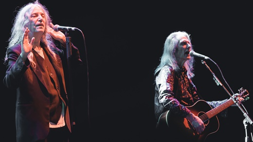 Patti Smith com o parceiro de longa data, o guitarrista Lenny Kaye, aqui tocando violão