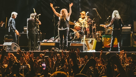 Final do show com a banda de Patti Smith sendo aclamada no encerramento do Popload Festival