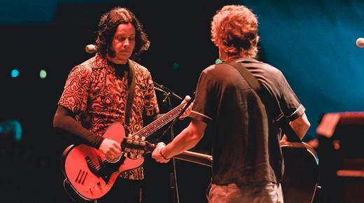 Duelos: Jack White e Brendan Benson, de costas, ajustando suas respectivas guitarras no palco