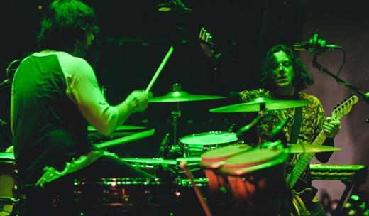 O baterista do Raconteurs, Patrick Keeler, e Jack White, em interação no início dos trabalhos