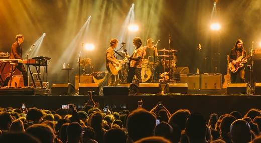 Público curte o show do Raconteurs, uma das atrações de fundo do Popload Festival, no feriado do dia 15