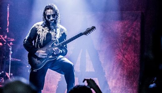 O brilho do bom guitarrista Diego Cavallotti, discreto na maior parte do tempo, mas que não se omite