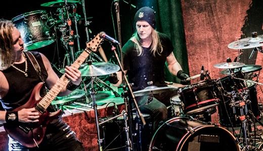 Rex Cox e o baterista Liam Manley, cuja performance pode ter sido prejudicada por falta de espaço