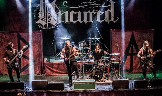 Vista geral do palco do Uncured, com o baixista Micah Smith, Zak Cox, Liam Manley e Rex Cox