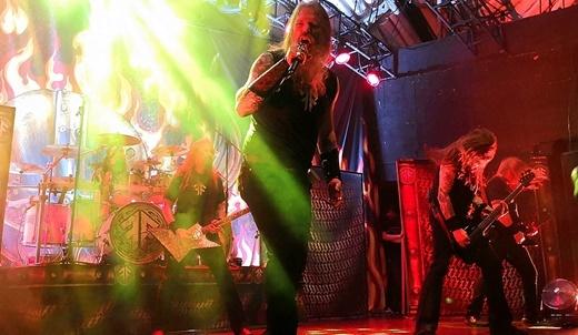 O vocalista do Amon Amarth, Johan Hegg, lidera a banda em aproximação para a beirada do palco