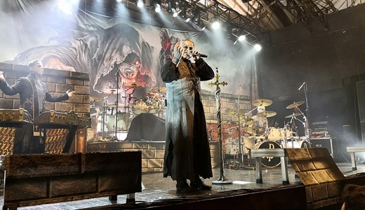 O vocalista do Powerwolf, Karsten Brill, no papel de Attila Dorn, de conversa no centro do palco